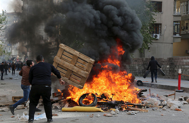 Demonstrators set tyres on fire as they clash with riot police during a protest against the curfew in Sur district, in the southeastern city of Diyarbaku0131r, Turkey, December 14, 2015 (Reuters photo)