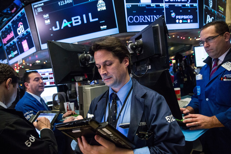 Traders work on the floor of the New York Stock Exchange during the morning of December 14, 2015 in New York City. (AFP Photo)