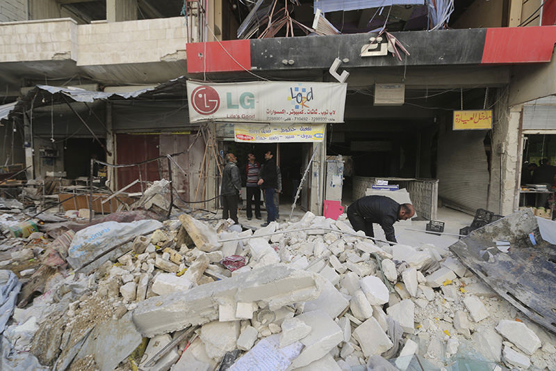 Airstrikes carried out by the Russian air force on a busy market place in the town of Ariha, in Idlib province, Syria November 29, 2015 (Reuters Photo)