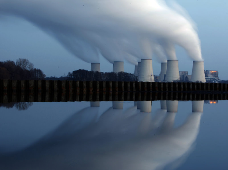 File photo of steam billowing from the cooling towers of Vattenfall's Jaenschwalde brown coal power station, Germany Dec 2, 2009. (REUTERS Photo)