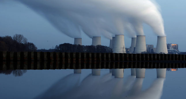 File photo of steam billowing from the cooling towers of Vattenfall's Jaenschwalde brown coal power station, Germany Dec 2, 2009. REUTERS Photo