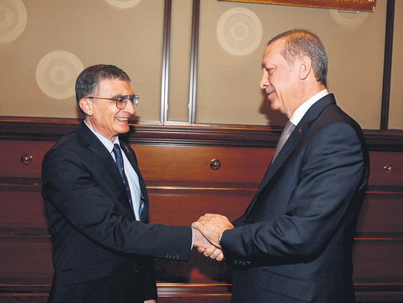 Aziz Sancar (left) being welcomed by President Erdou011fan at the Presidential Palace.