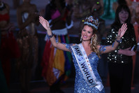 Mireia Lalaguna Rozo of Spain waves after winning the new title at the Miss World Grand Final in Sanya, in southern China's Hainan province on December 19, 2015. (AFP Photo)