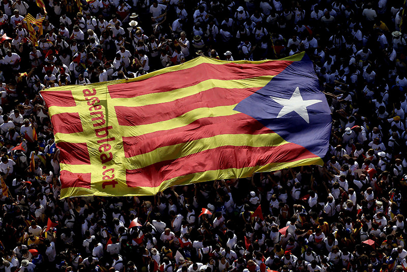 Thousands attend the gathering to support Catalonia's independence on occasion of the Diada Day in Barcelona, Spain, 11 sep 2015. (EPA Photo)