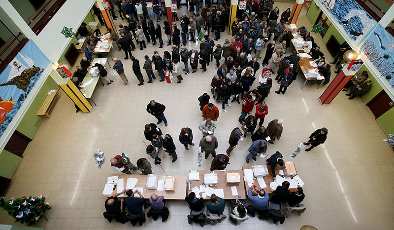 Voters queue at a polling station during voting in Spain's general election in Barcelona, Spain, December 20, 2015 (Reuters Photo)