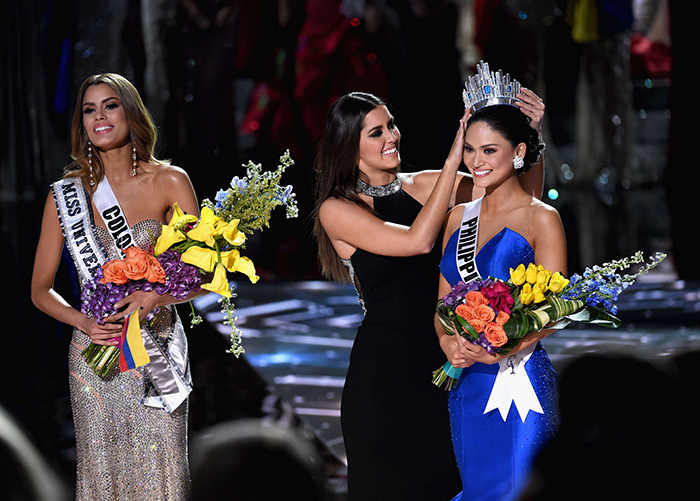 Miss Philippines 2015, Pia Alonzo Wurtzbach (Right), reacts as she is crowned the 2015 Miss Universe by 2014 Miss Universe Paulina Vega (Center) (AFP Photo)