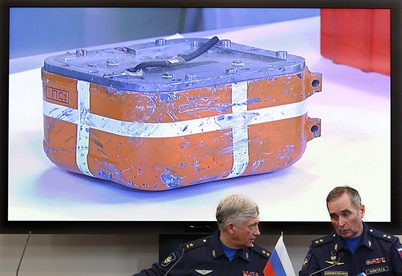 Screen shows black box from downed Russian jet during a live broadcast of its unsealing in Moscow, 18 Dec 2015 (EPA photo)