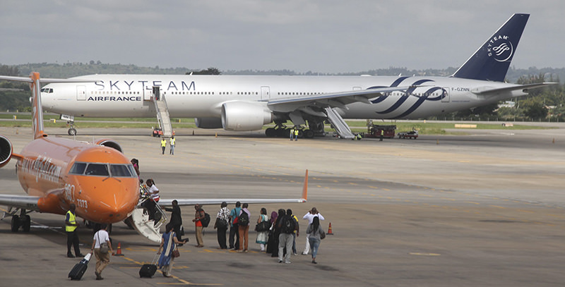 The Boeing 777 Air France flight 463 parked at Moi International Airport in Kenyan coastal city Mombasa, 20 December 2015 (EPA Photo)