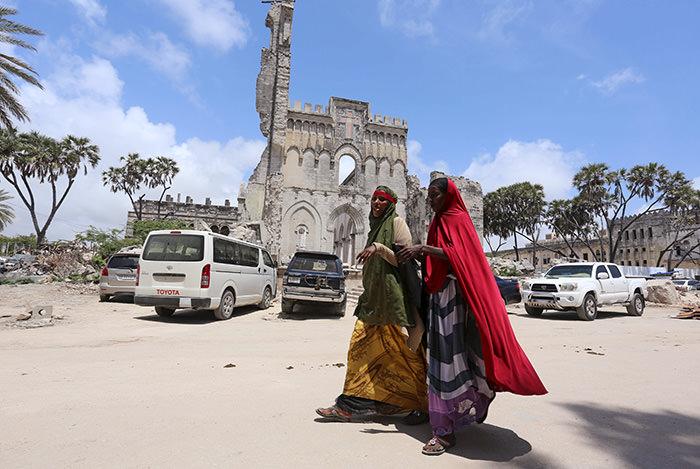 Somali women walk in Mogadishu, Somalia, November 3, 2015 (Reuters Photo)