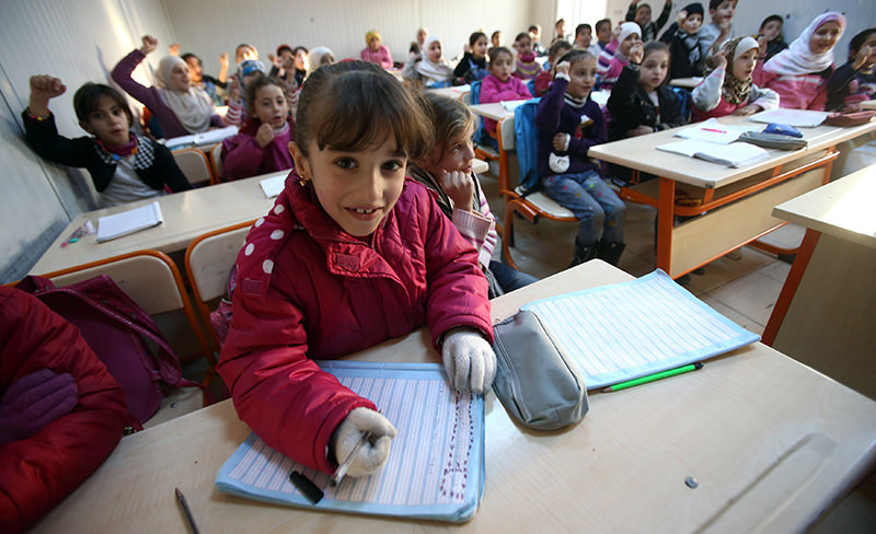 Syrian refugee children attend a class on December 14, 2015, at a school in the u015eanlu0131urfa province near the Syrian border. (AFP Photo)