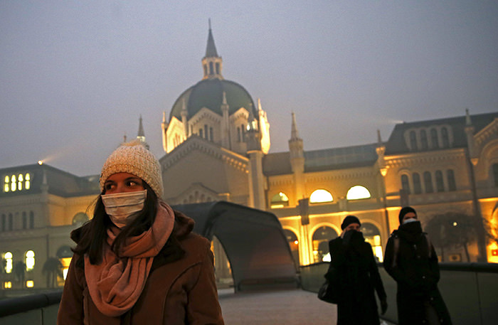 Women wearing masks walk in front of academy of fine arts as smog blankets Sarajevo, Bosnia and Herzegovina December 23, 2015 (Reuters Photo)