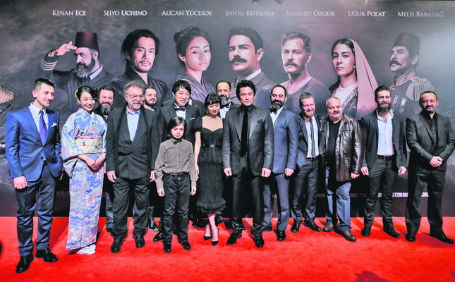 The cast and production team of Ertuğrul 1890 (L) posed for the cameras before the screening. (AA Photo)