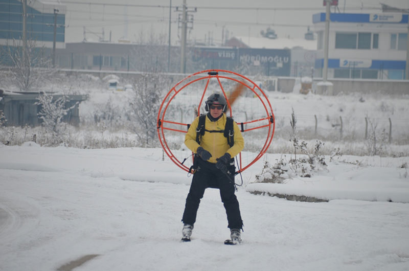 44-year-old u0130brahim Dinu00e7er skiing with a paramotor attached to his skis. (DHA Photo)