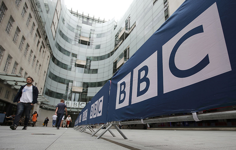 BBC workers place barriers near to the main entrance of the BBC headquarters and studios in Portland Place, London, July 16, 2015 (Reuters Photo)