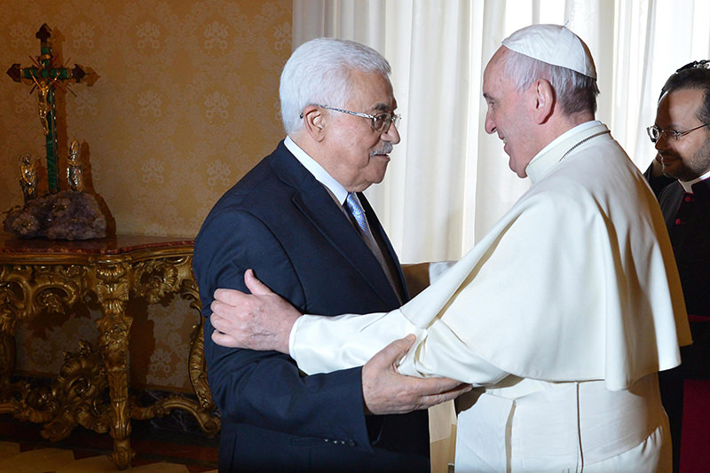 Pope Francis (R) welcomes Palestinian authority President Mahmoud Abbas (L) during a private audience at the Vatican, 16 May 2015. (EPA Photo)