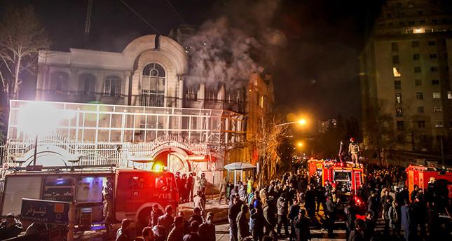 Iranian protesters storm the Saudi Arabian embassy in Tehran, January 2 ,2016. (EPA Photo)