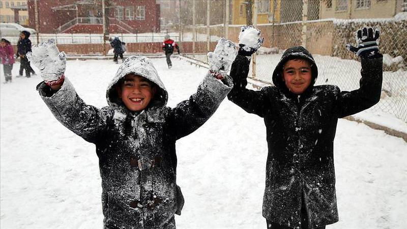 Children playing in the snow in Ku0131rklareli province, January 4, 2016. (AA Photo)