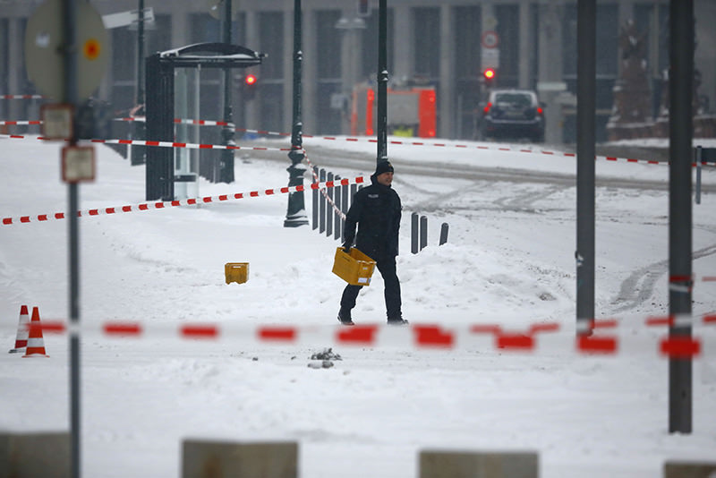 Police removes suspicious yellow postal crates near the chancellory in Berlin, Germany on January 6, 2016. (Reuters)