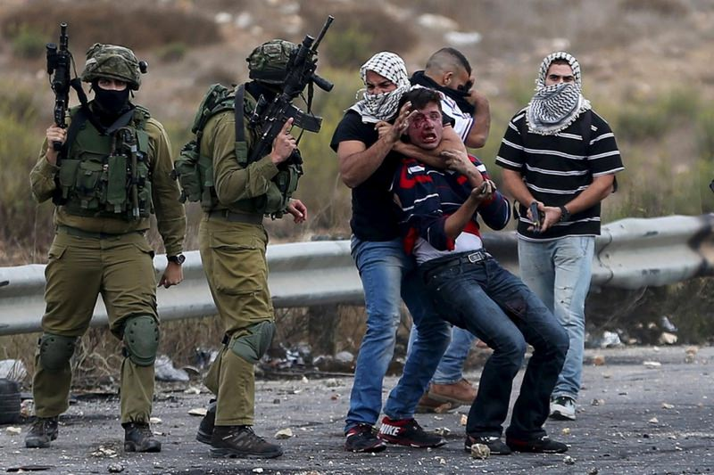 Undercover Israeli soldiers detain a Palestinian in Ramallah. (REUTERS Photo)