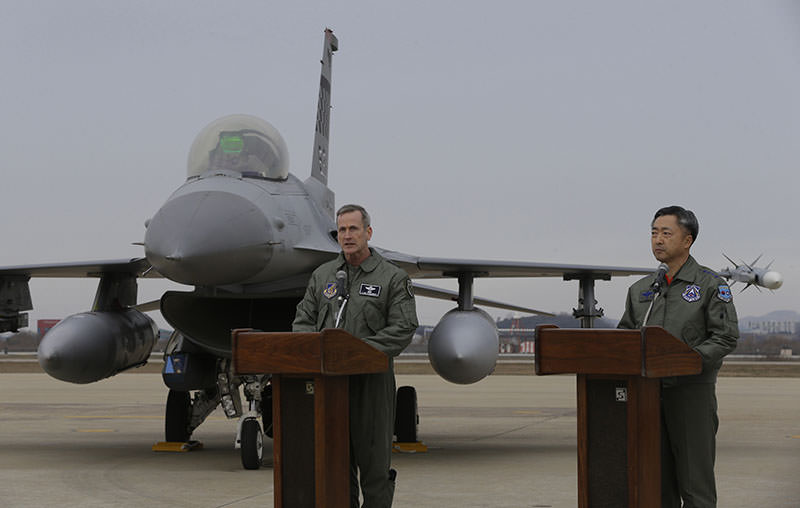 Lt. Gen. O'Shaughnessy (L), 7th Air Force commander of U.S. Forces to Korea, speaks in front of US F-16 fighter jet at Osan Air Base in S. Korea, Jan. 10, 2016 (AP).