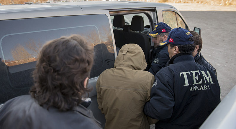 In this Jan. 2 2016 file photo, Turkish police transfer Daesh suspects arrested by court to prison. (AA Photo)