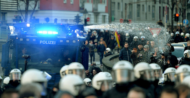 Police use a water cannon in Cologne, western Germany, on January 9, 2016 to clear the rally of the far-right xenophobic PEGIDA movement (AFP Photo)