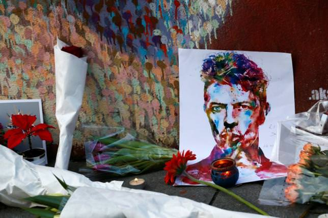Tributes are seen next to a mural of David Bowie in Brixton, south London, January 11, 2016. (REUTERS Photo)