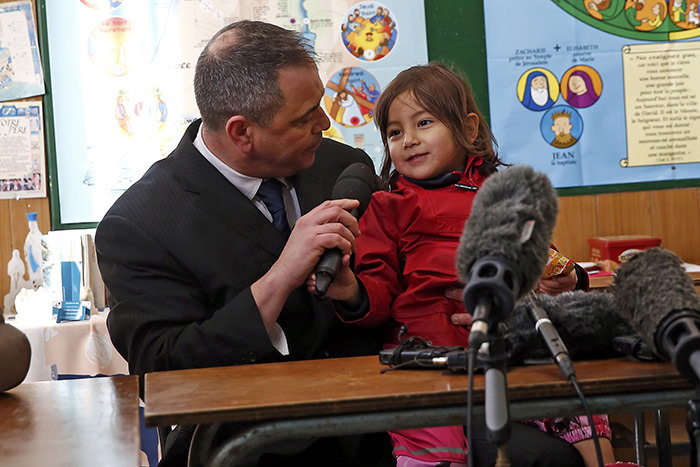 Ex-soldier Rob Lawrie attends a news conference with Afghani girl Bahar Ahmadi, known as Bru, in Boulogne-sur-Mer, France, January 14, 2016 (Reuters Photo)