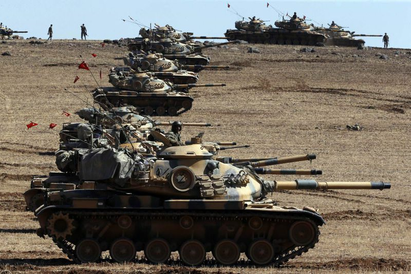 Turkish army tanks take up position on the Turkish-Syrian border near the southeastern district of Suruu00e7 in u015eanlu0131urfa on October 6, 2014.