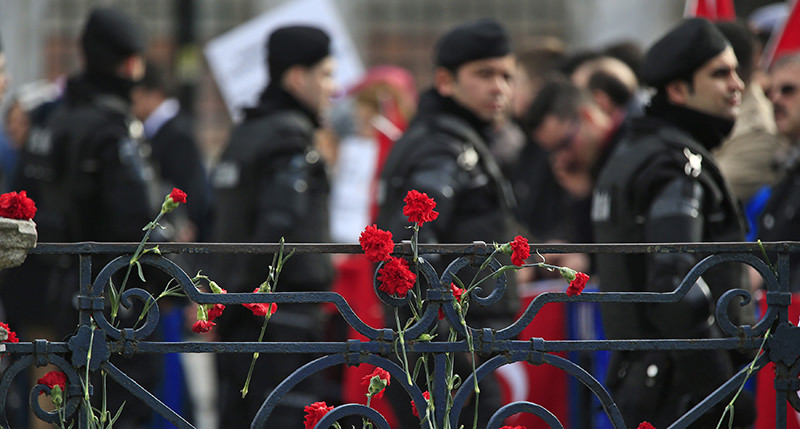 Carnations, with the Turkish police in the background, are placed at the site of Tuesday's suicide bomb attack at Sultanahmet square in Istanbul, Turkey January 15, 2016 (Reuters Photo)