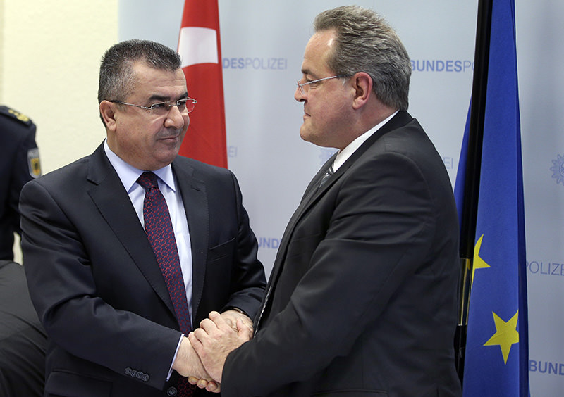 Turkish national police chief Mehmet Lekesiz (L), Dieter Romann, President of Federal Police Headquarters (R) shake hands in Berlin, Jan 20, 2016 (AP photo)