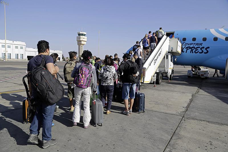 Passengers board an Egyptair Express plane bound for Cairo at Sharm el-Sheikh Airport, south Sinai, Egypt, Monday, Nov. 9, 2015 (AP photo)