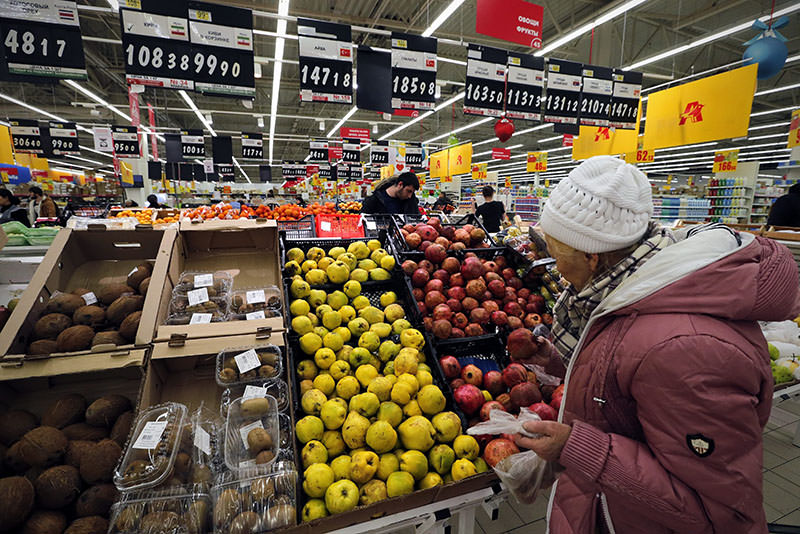 A Russian woman chooses Turkish fruits at a supermarket in St. Petersburg, Russia, 02 December 2015 (EPA photo)