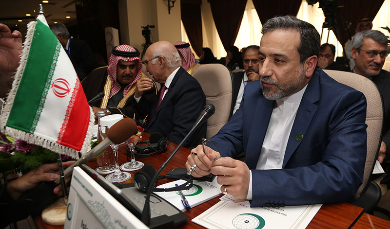 Iran's deputy Foreign Minister Abbas Araghchi (R) attends an emergency meeting of the Organisation of Islamic Cooperation (OIC) in the Saudi city of Jeddah on January 21, 2016 (AFP Photo)