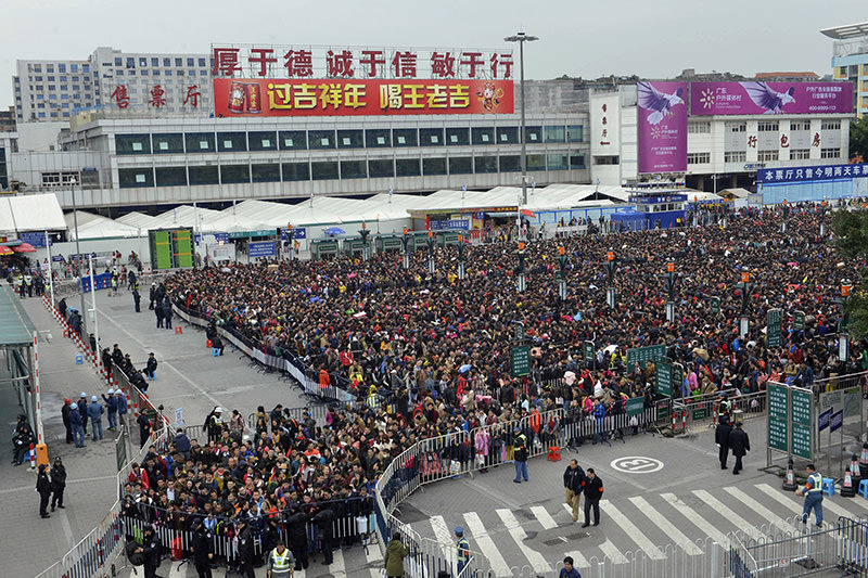 Huge queues outside Guangzhou railway station in Guangzhou, in southern China's Guangdong province on February 2, 2016. (AFP Photo)