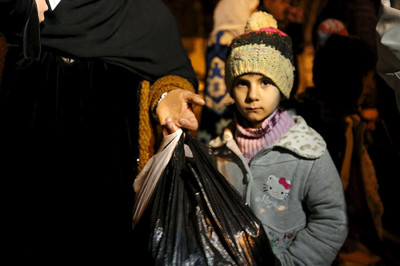 A Syrian girl waits to depart Madaya with her family in Syria January 11, 2016 (Reuters Photo)
