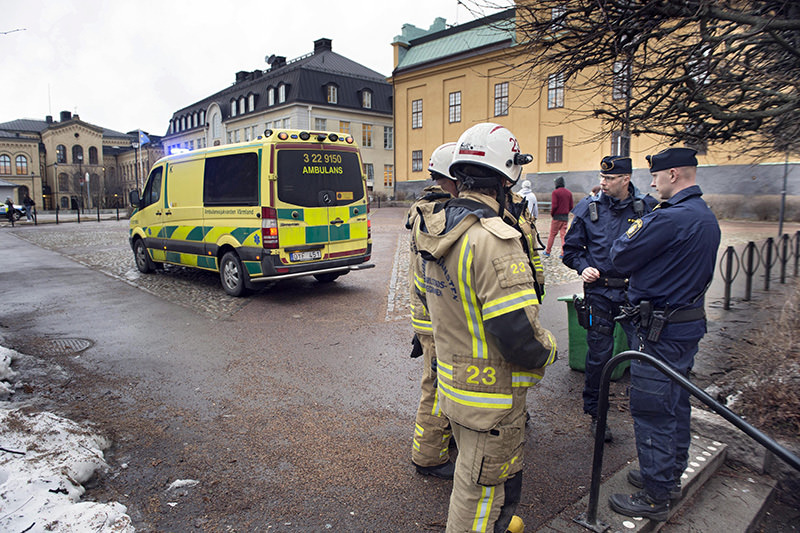 Police officers and rescue forces standt outside the Tingvalla secondary school in Karlstad, Sweden, 02 February 2016 (EPA Photo)