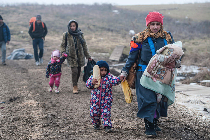 Migrants and refugees walk near the village of Miratovac after crossing into Serbia via the Macedonian border on January 27, 2016 (AFP Photo)