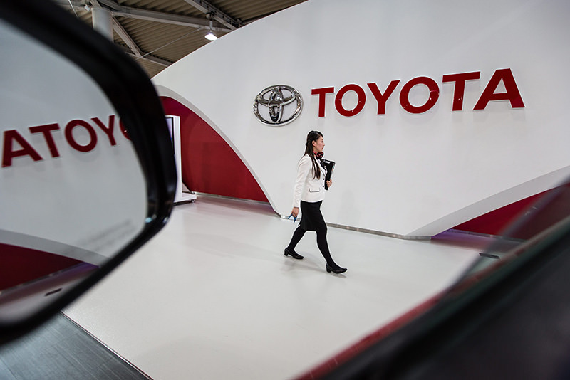 An employee walks past a Toyota logo at the company's showroom in Tokyo, Japan, 05 February 2016 (EPA)