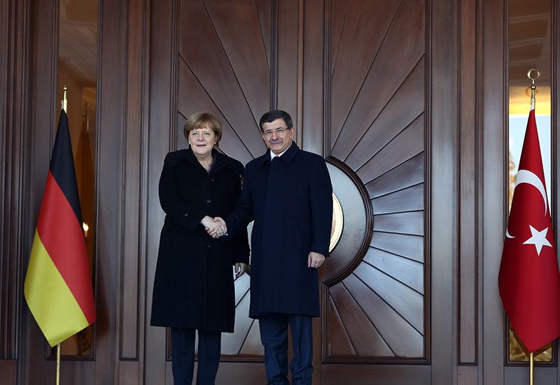 German Chancellor Angela Merkel, left, and PM Ahmet Davutoglu shake hands during a welcoming ceremony in Ankara, Feb. 8, 2016 (AP)