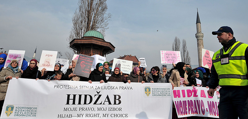 Hundreds of Muslim women wearing the traditional Muslim headscarf also known as hijab protest in Sarajevo's historical center, on February 7, 2016 (AFP Photo)