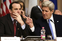 U.S. Secretary of State John Kerry (R) talks with U.S. envoy to the coalition against Islamic State, Brett McGurk during a ministerial meeting (Reuters Photo)