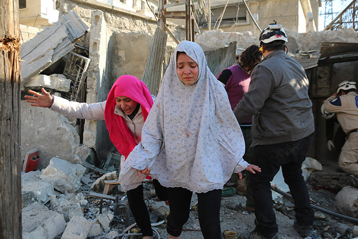 Syrian girls react following a reported Syrian regime air strike in a rebel-controlled area in the northern city of Aleppo on February 8, 2016 (AFP Photo)
