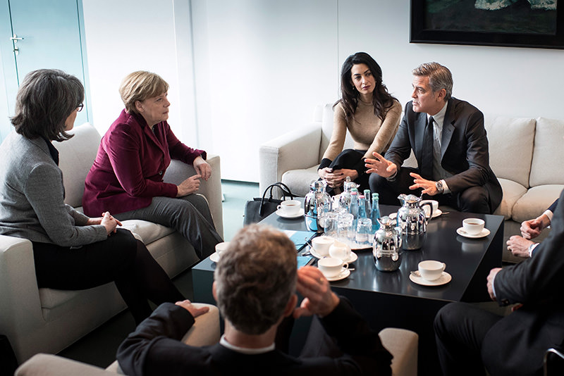 Merkel (2-L) receiving Amal Clooney (C) and George Clooney (R) for talk on refugee policy at German Federal Chancellery in Berlin, 12 Fe 2016 (EPA)