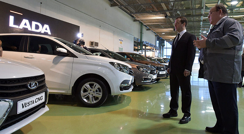 Russian Prime Minister Dmitry Medvedev (L) visits the AvtoVAZ automobile plant in Togliatti, Russia, 22 January 2016 (EPA Photo)