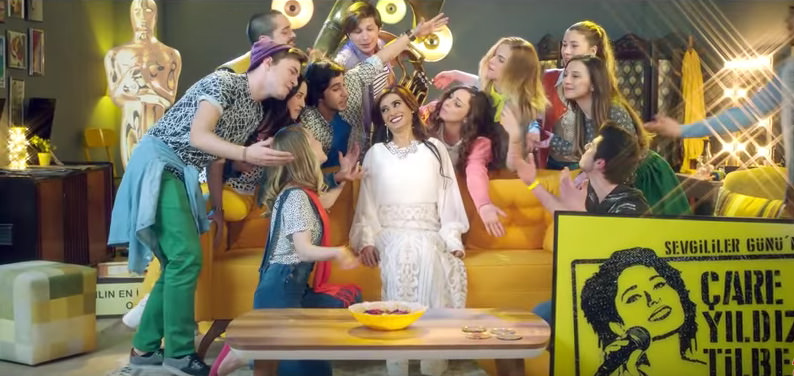 A screenshot from the ad, with Yıldız Tilbe and 'single youth' mocking the buzz about Valentine's Day.