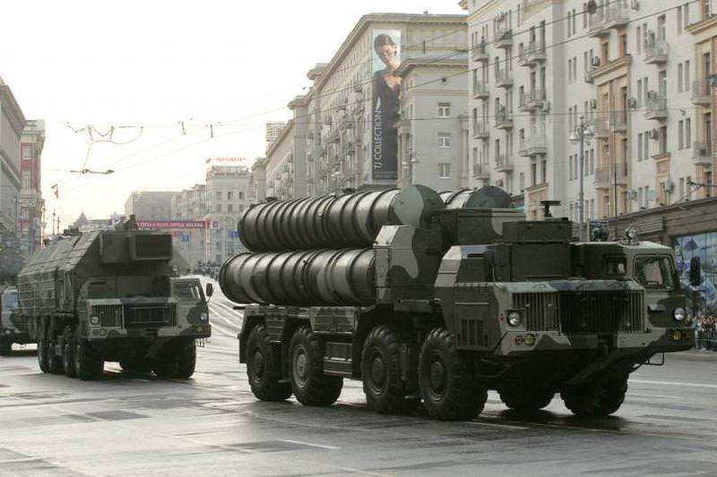 Russian S-300 anti-missile rocket system move along a central street during a rehearsal for a military parade in Moscow, May 4, 2009. (REUTERS Photo)