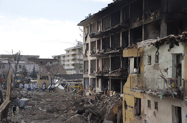 PKK terrorists attacked the police department in the Çınar district of southeastern Diyarbakır province on January 14, 2016 (AA Photo)