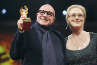 Director Gianfranco Rosi poses with Jury President and actress Meryl Streep (R) after receiving the Golden Bear. (REUTERS Photo)