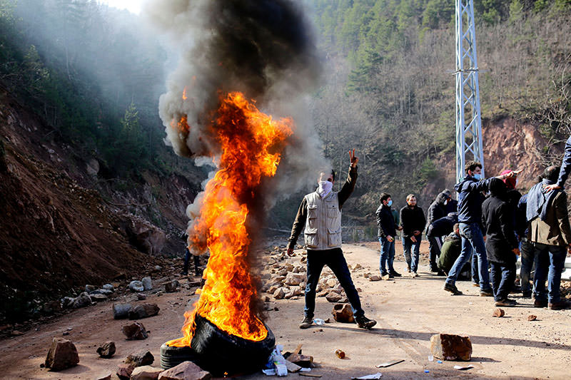 Rioters stand near burning tyres during a protest on February 17, 2016, in northern Turkish city of Artvin (AFP)
